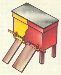 Ульи-лежаки, в каждом из которых содержат две семьи: основную и отводок.